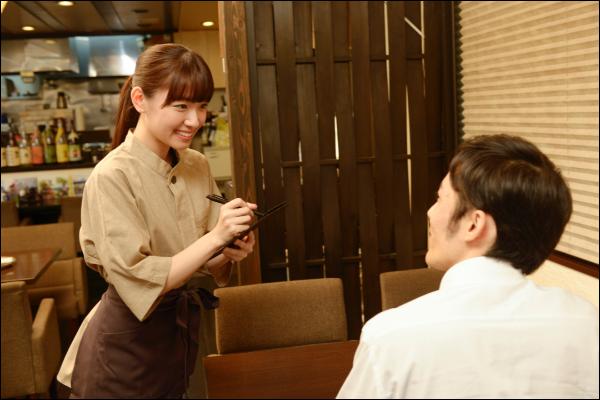 デートのお会計に適した3つのタイミング 手順3:店員さんを呼んで座席でお会計を済ませる